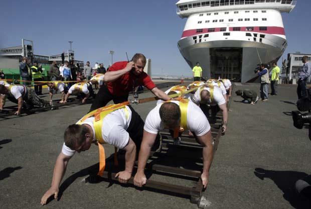 Fortões batem recorde ao puxar navio de 21.746 toneladas