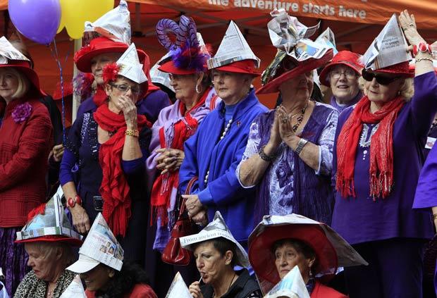 301 pessoas usam chapéu de papel na Austrália (Foto: Rick Rycroft/AP)