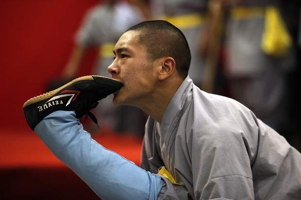 Monge exibe elasticidade impressionante ao levar o pé até a boca