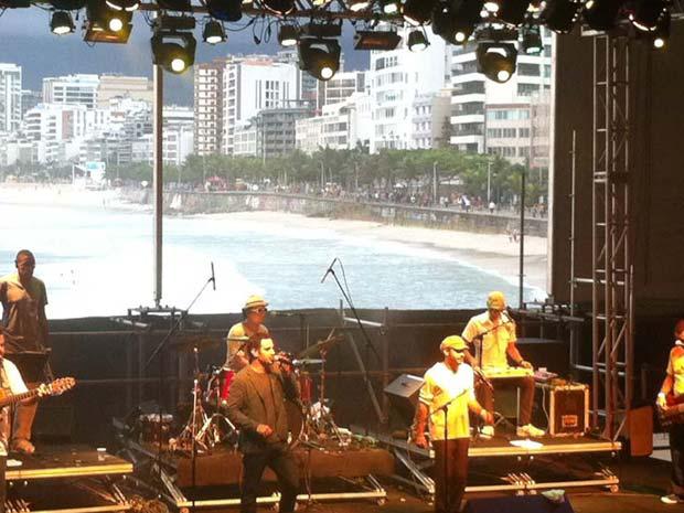 Apresentação do Fino Coletivo no palco no Arpoador (Foto: Tássia Thum/G1)