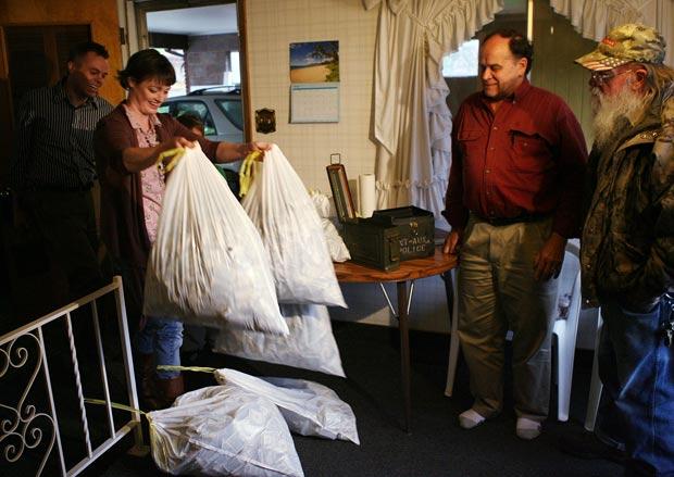 Casal muda de casa e acha sacos com dinheiro escondidos em sótão