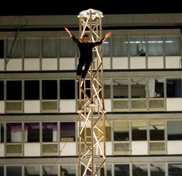 Hezi Dean salta da torre após quebrar o recorde. (Foto: Ariel Schalit/AP)