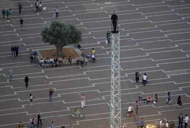 Hezi Dean ficou por 35 horas no topo de uma torre. (Foto: Ariel Schalit/AP)