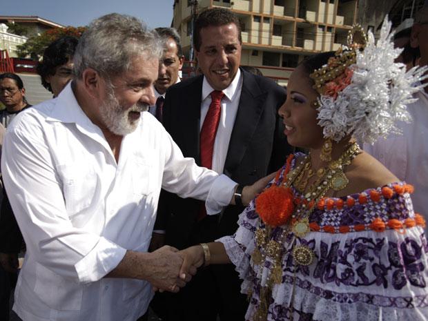 Lula cumprimenta uma mulher vestida com trajes tradicionais do Panamá antes do início da cerimônia. (Foto: AP)
