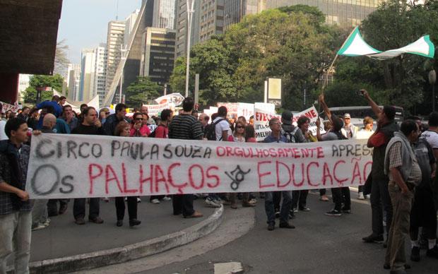 Manifestantes levaram faixas de protesto durante a passeata (Foto: Vanessa Fajardo/G1)