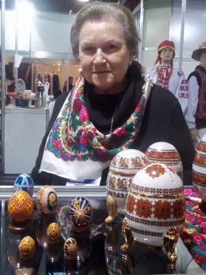 Tetiana, 74 anos, ensinou a arte da pêssanka para filha e para a neta de 13 anos. (Foto: Fernanda Fraga)