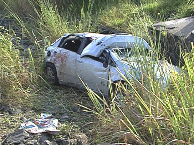 Carro destruído em acidente que matou dois jovens em Belo Horizonte (Foto: Reprodução / TV Globo)