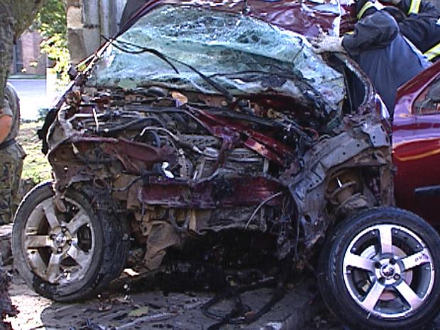 Carro destruído em batida contra árvore (Foto: Reprodução / TV Globo)
