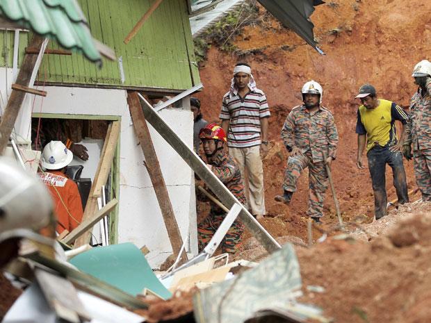 Um deslizamento de terra provocado por fortes chuvas atingiu um orfanato na Malásia neste sábado, afetando cerca de 30 crianças que vivem no local.  (Foto: Stringer/Reuters)