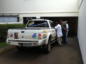 Carro de empresário é levado para reconstituição (Foto: Henrique Porto/G1)