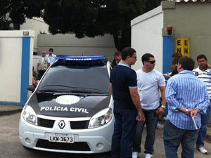 Carro de polícia em frente a motel em Niterói (Foto: Henrique Porto/G1)