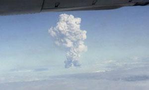 Fumaça do vulcão é vista de avião (Foto: AP)