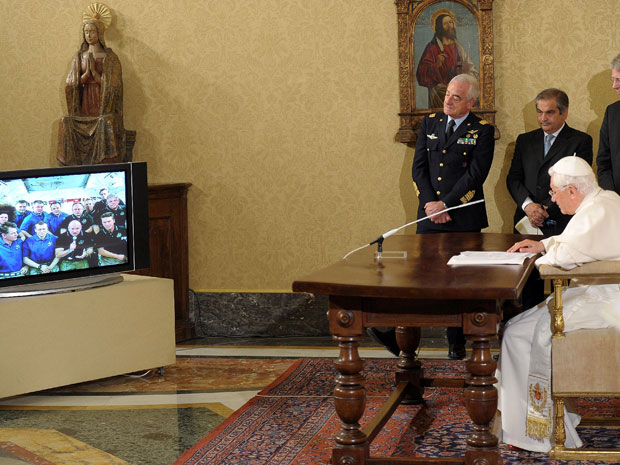 Papa conversa com astronautas da ISS (Foto: L'Osservatore Romano/AP)