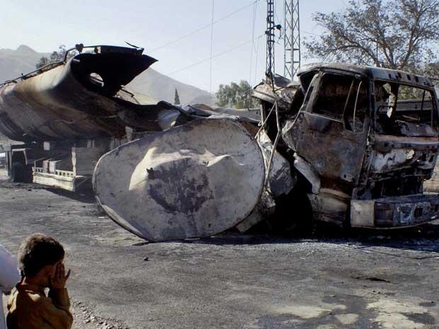 Caminhão-tanque explode e pega fogo no Paquistão. Quinze pessoas  (Foto: Qazi Rauf / AP Photo)