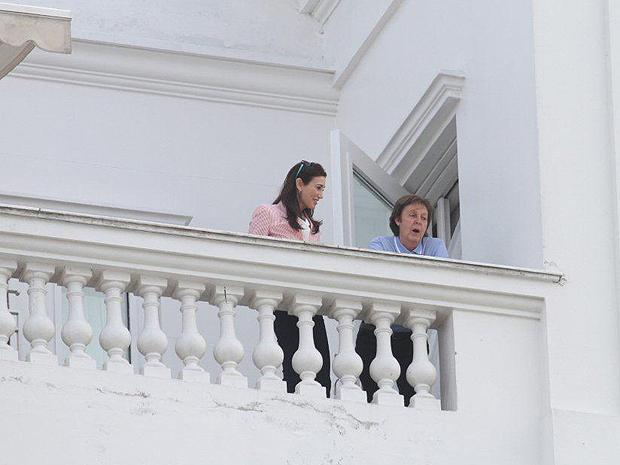 Paul McCartney cumprimenta fãs na sacada do Copacabana Palace na manhã deste sábado (21) (Foto: AgNews)