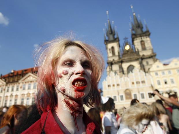 Um participante vestido como zumbi faz careta durante a  'Zombie Walk' no centro de Praga (Foto: Reuters)