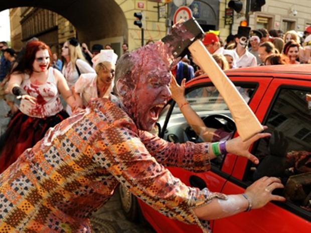 """Pessoas fantasiadas participam da """"Zombie Walk"""", em Praga (Foto: AFP)"""