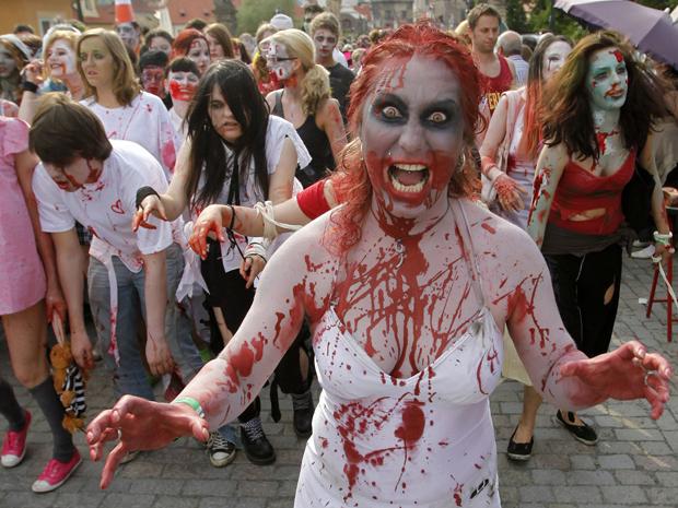 """Pessoas vestidas como zumbis atravessam a medieval Charles Bridge durante a """"Zombie Walk"""" em Praga (Foto: Reuters)"""