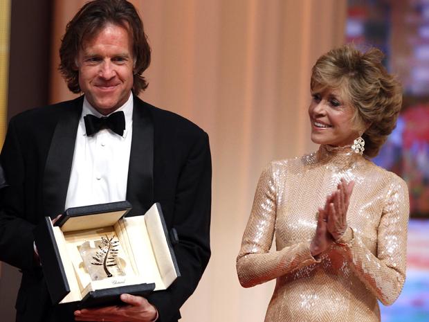 """O produtor Bill Pohlad, de """"A árvore da vida"""", recebe a Palma de Ouro das mãos da atriz Jane Fonda.    (Foto: Reuters)"""
