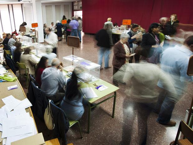 Eleitores votam neste domingo (22) na Espanha, nas eleições regionais e municipais (Foto: Felix Ordonez/Reuters)