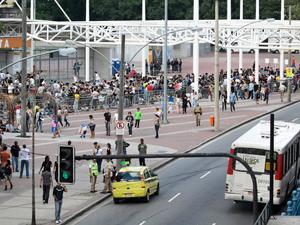 Quatro veículos foram rebocados perto do Estádio do Engenhão (Foto: Lucíola Villela / G1)