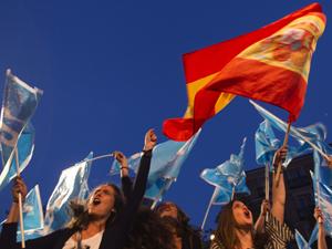 Defensores do Partido Popular (PP) celebram vitória nas eleições locais e regionais na Espanha em frente a sede do partido, em Madri (Foto: Reuters)