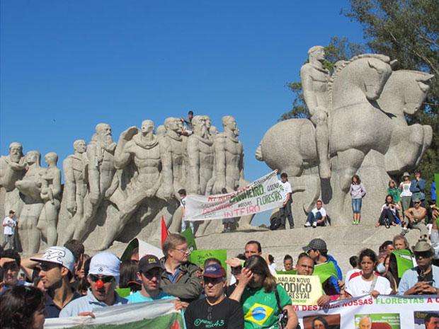 Integrantes de ONGs e de entidades que defendem o meio ambiente participaram neste domingo (22) de uma manifestação em frente ao Monumento às Bandeiras, no Parque Ibirapuera, Zona Sul de São Paulo. A mobilização foi feita para expor opiniões contra a modi (Foto: Letícia Macedo/G1)