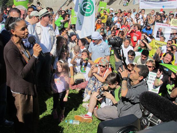 A ex-senadora Marina Silva foi uma das lideranças políticas que discursou durante o protesto. Segundo a organização, mais de mil pessoas participaram do ato. No início da tarde, parte dos manifestantes entrou no parque com cartazes e camisetas expondo sua (Foto: Letícia Macedo/G1)