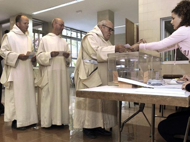 Monges votam em Burgos, no norte de Espanha, nas eleições deste domingo (22) (Foto: I.Lopez/AP)
