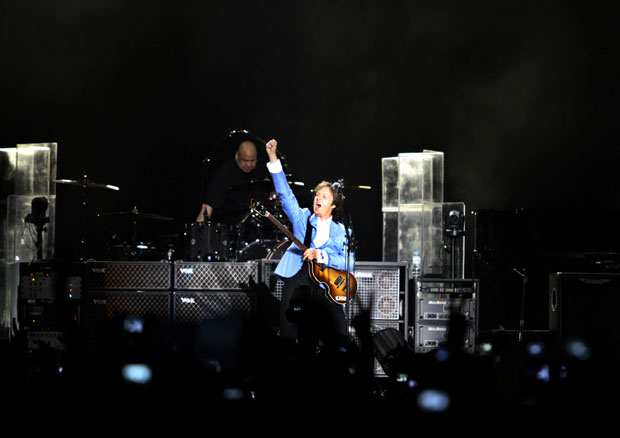 O músico Paul McCartney começa show no estádio do Engenhão, no Rio de Janeiro, com 15 minutos de atraso. A primeira música foi 'Hello goodbye', uma surpresa para os fãs. Ele não tocou a canção na última visita dele ao país em 2010  (Foto: Lucíola Villela/G1)