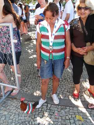 A 'Vovó Tricolor' leva o galo de estimação em uma coleira. (Foto: Bernardo Tabak/G1)