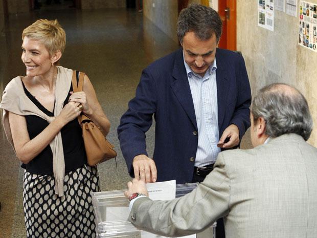 Primeiro-ministro espanhol, José Luis Zapatero e sua esposa, Sonsoles Espinosa, votam em Madri (Foto: Juan Medina/Reuters)