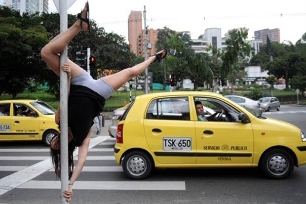 Jovem faz performance de pole dance em calçada na Colômbia