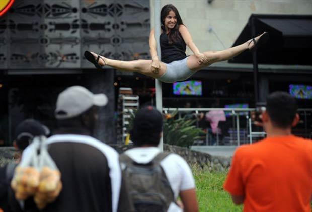 Performance de pole dance atraiu curiosos. (Foto: Raul Arboleda/AFP)