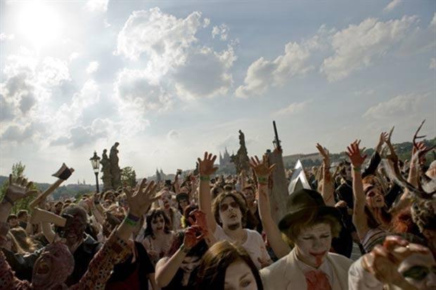 Participantes durante a marcha de zumbis em Praga. (Foto: Michal Cizek/AFP)