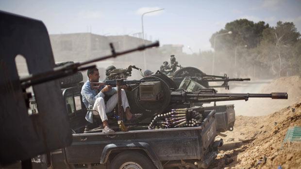 Rebeldes líbios atiram em forças pró-Kadhafi nesta segunda-feira (23) próximo à cidade de Misrata (Foto: AP)