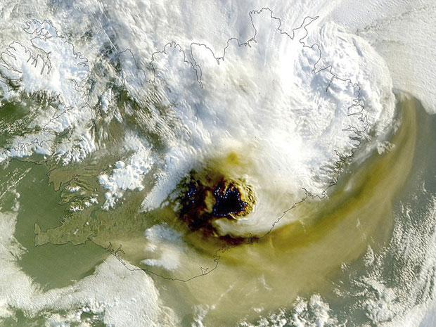 A Agência Espacial Americana (Nasa) divulgou nesta segunda-feira (23) imagens da nuvem de cinzas expelida pelo vulcão Grimsvotn, na Islândia, registradas por um satélite. As fotos foram feitas às 13h GMT de domingo (22), 10h no horário de Brasília. (Foto: Reuters/NASA/GSFC/Jeff Schmaltz/MODIS Land Rapid Response Team)