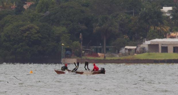 Bombeiros mergulham no Lago Paranoá, em Brasília, em busca de vítimas de naufrágio ocorrido na noite deste domingo (22) (Foto: Dorivan Marinho/AE)