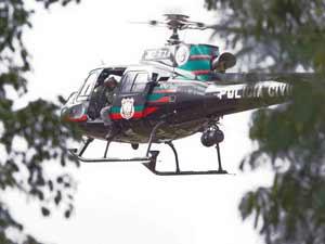 Helicóptero da Polícia Civil usado nas buscas a desaparecidos de naufrágio (Foto: Dorivan Marinho/AE)