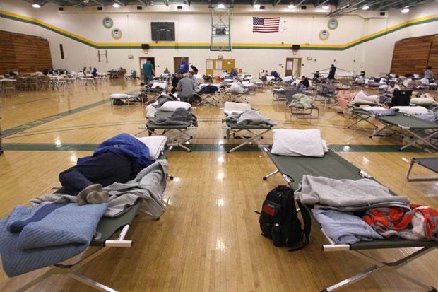 Acampamento provisório foi montado pela Cruz Vermelha americana em um ginásio da Universidade de Missouri Southern State (Foto: AP)
