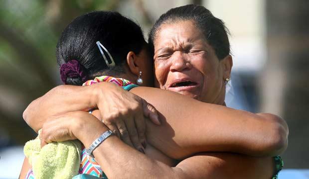 Herculana Gonçalves (direita) chora na beira do Lago Paranoá; filho dela que trabalhava na embarcação que naufragou está entre os desaparecidos (Foto: Celso Junior/AE)