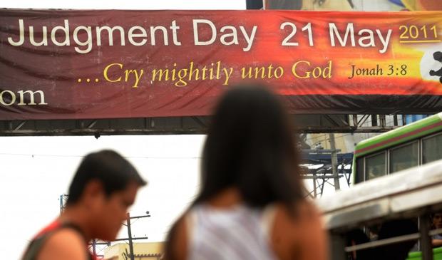 Cartaz anuncia Dia do Julgamento  (Foto: AFP)