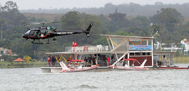 Equipes trabalham nas buscas por desaparecidos no Lago Paranoá (Foto: WILSON DIAS/ABR)
