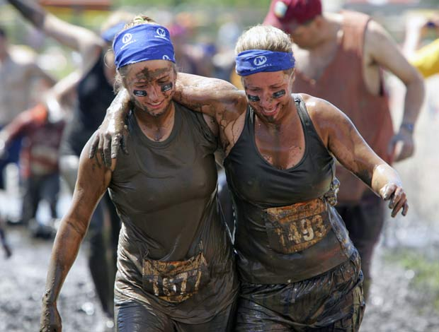 Participantes encararam lama e outros obstáculos. (Foto: AP)