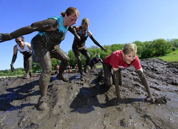 Adultos e crianças disputam competição na lama nos EUA