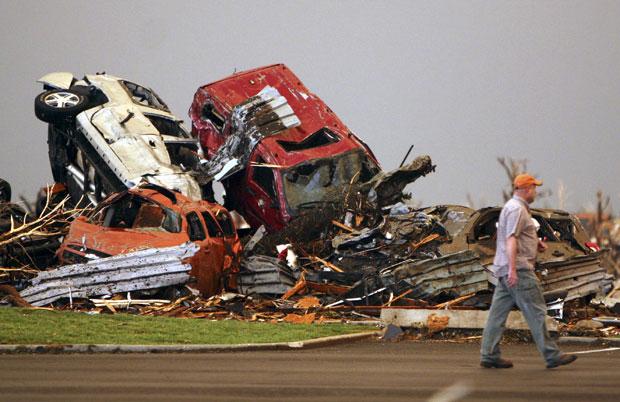 Homem observa a destruição deixada pelo tornado em Joplin, no Missouri (Foto: AP)