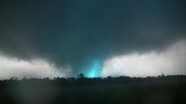 Reprodução de vídeo feito por cinegrafista amador mostra um raio dentro do tornado que atingiu a cidade de Joplin, no Missouri (Foto: AP/tornadovideo.net)