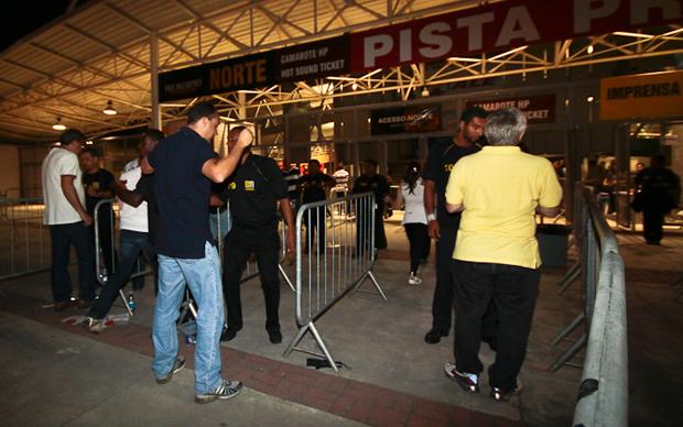 Pública começa a entrar no estádio do Engenhão para o show de Paul McCartney. (Foto: Lucíola Villela/G1)