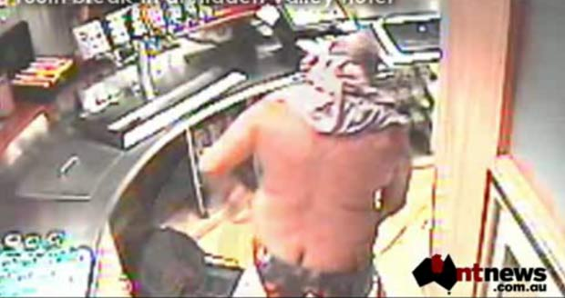 Ladrão deixa parte das nádegas à mostra durante roubo na Austrália