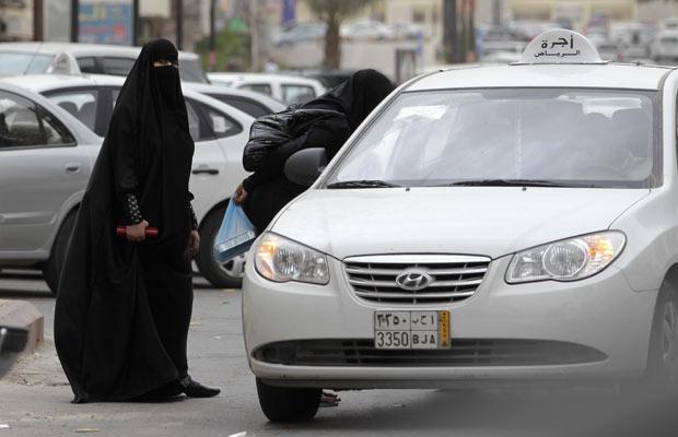 Mulheres sauditas pegam táxi nesta terça-feira (24) em Riad (Foto: AP)